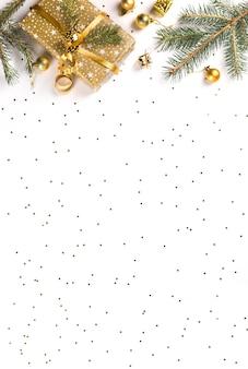 Composizione splendente festiva di natale e felice anno nuovo