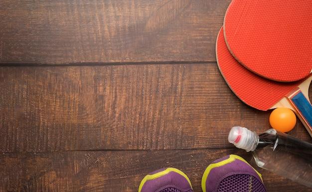 Composizione sportiva moderna con elementi di ping-pong