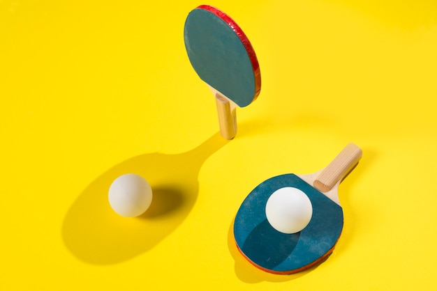 Composizione sportiva moderna con elementi di ping pong