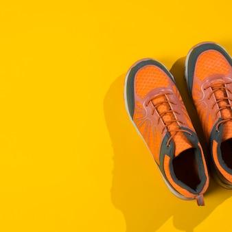 Composizione sportiva moderna con scarpe da ginnastica colorate