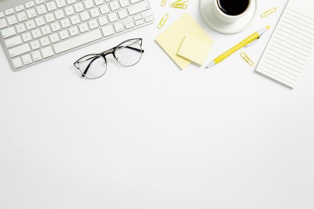 Composizione stazionaria piatta sulla scrivania con spazio di copia