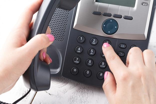 Composizione telefonica, contatto e concetto di assistenza clienti. focus selezionato