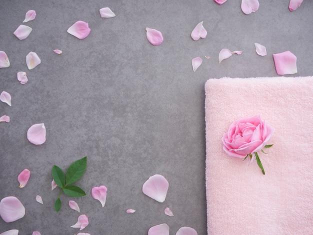Composizione termale naturale con rose