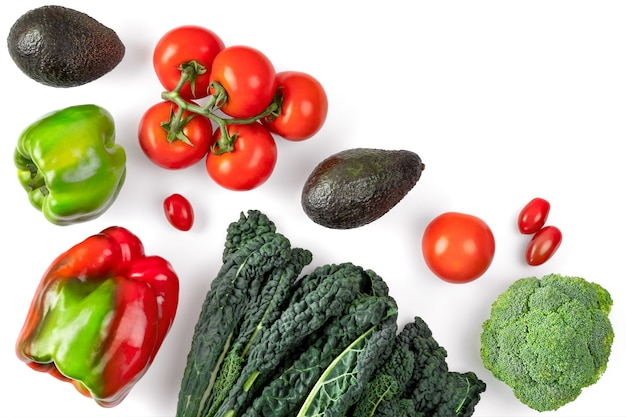 Composizione vegetale su uno spazio bianco. cavolo nero riccio, pomodori,