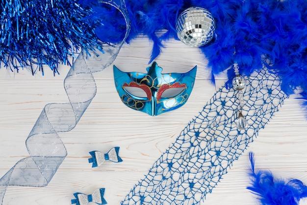 Composizione vista dall'alto con maschera di carnevale