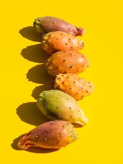 Composizione vista dall'alto con verdure e sfondo giallo