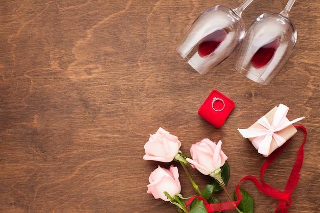Composizione vista dall'alto con vino e anello di fidanzamento