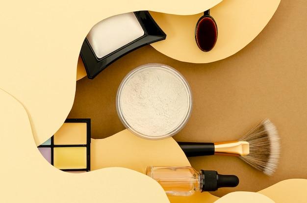 Composizione vista dall'alto di cosmetici glamour
