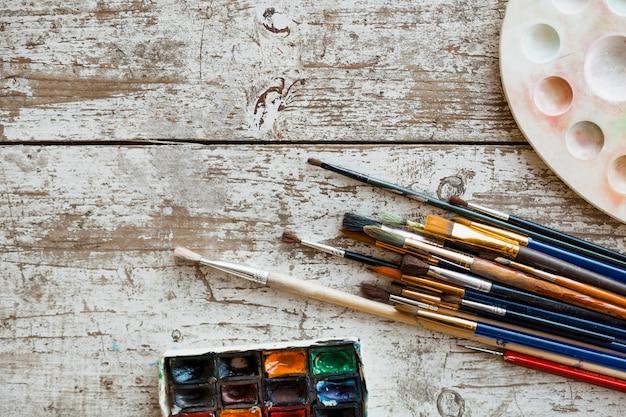 Composizione vista dall'alto di materiali pittorici