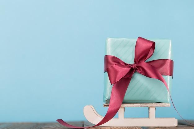 Composto presente e decorazioni natalizie