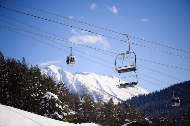Comprensorio sciistico coperto di neve fresca in inverno.