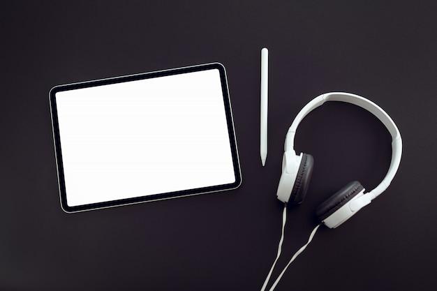 Compressa della tenuta della mano della donna e penna digitale con lo schermo in bianco dello spazio della copia