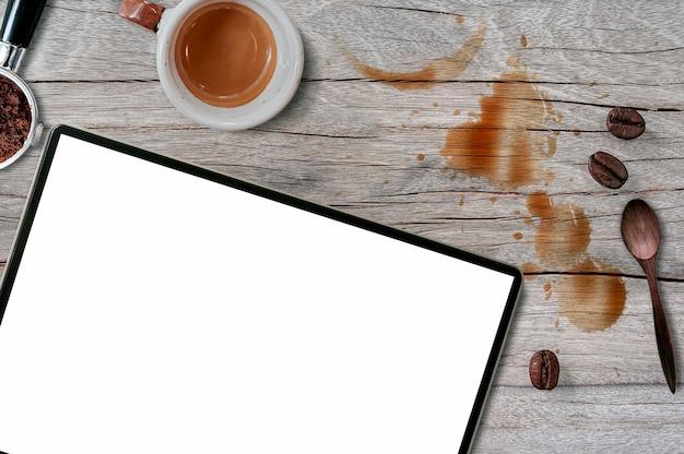 Compressa dello schermo in bianco con il fondo di concetto del caffè.