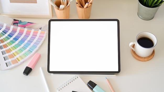 Compressa dello schermo in bianco sul desktop nello studio di progettazione grafica