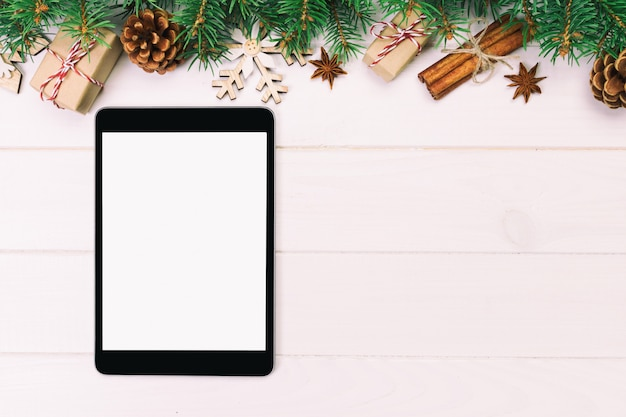 Compressa di digital con le decorazioni di legno del fondo di natale rustico per la presentazione di app. vista dall'alto con copyspace. tonica