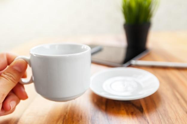 Compressa di digital e caffè nero sulla tavola di legno