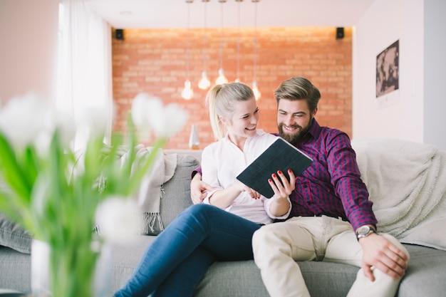 Compressa di lettura rapida delle giovani coppie allegre