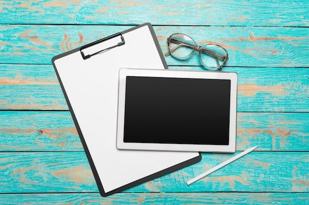 Compressa digitale bianca sulla tavola di legno