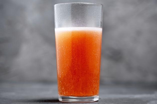 Compressa effervescente di bolle di vitamina c in un bicchiere d'acqua