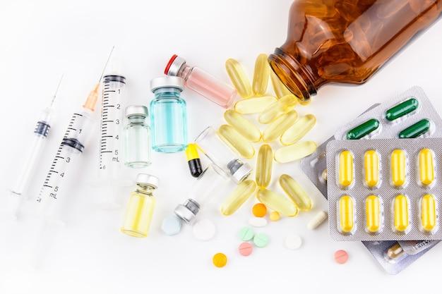 Compressa, medicina, droga, vaccino e iniezione della pillola su fondo bianco