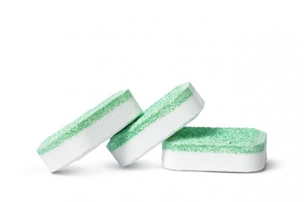Compresse della lavastoviglie su un isolato bianco del fondo