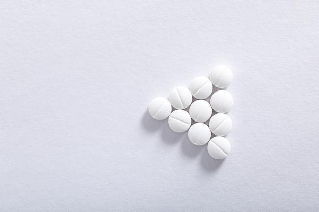 Compresse di medicina su sfondo bianco, tema farmacia