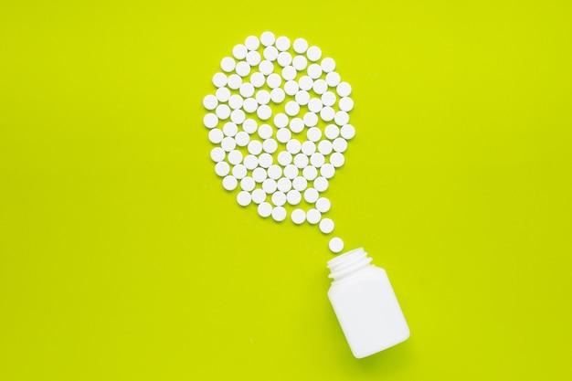 Compresse di paracetamolo su verde.