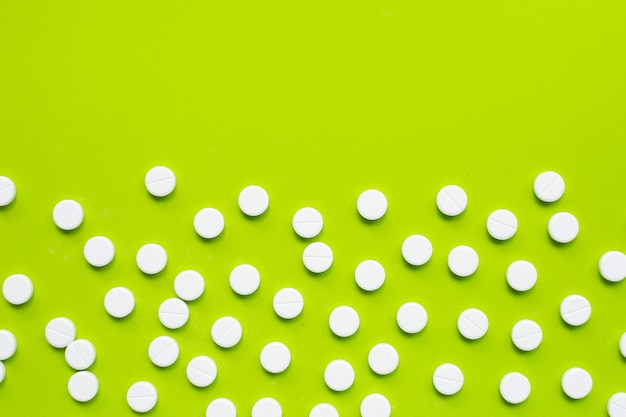 Compresse di paracetamolo su verde