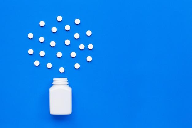 Compresse di paracetamolo sul blu.