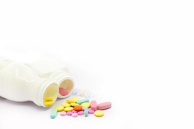 Compresse medicinali colorate su sfondo bianco