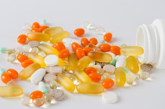 Compresse variopinte assortite, pillole, droghe su fondo bianco. concetto di farmaci e assistenza sanitaria.