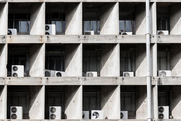 Compressore d'aria all'esterno dell'edificio alto