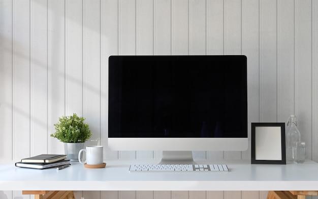 Computer dell'area di lavoro, cornice per poster e gadget