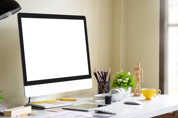 Computer di modello di vista laterale sul posto di lavoro dell'ufficio.