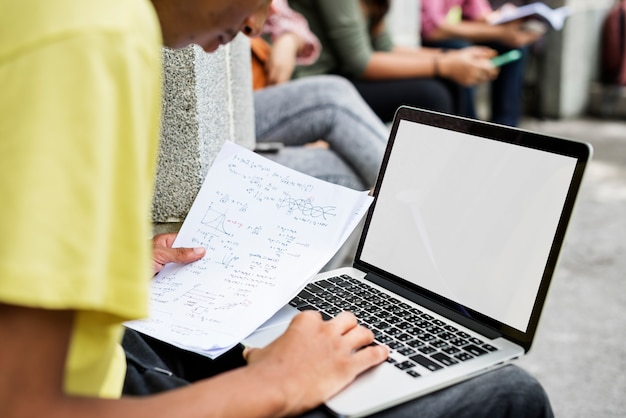 Computer portatile che studia concetto della città universitaria di ricerca
