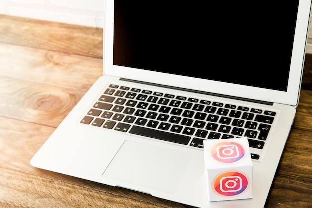 Computer portatile con la scatola dell'icona del instagram sulla scrivania