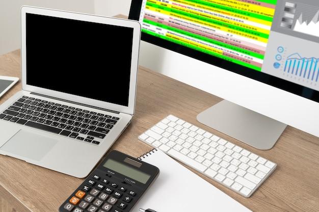 Computer portatile con schermo bianco sul tavolo. nuovo progetto dell'area di lavoro sul computer portatile con lo schermo in bianco