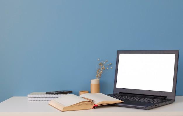 Computer portatile con schermo vuoto sul tavolo bianco