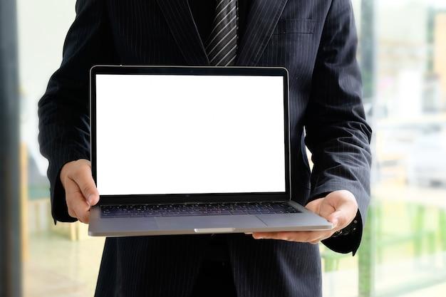 Computer portatile del modello sulle mani dell'uomo d'affari.