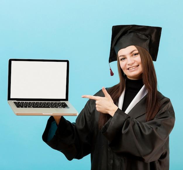 Computer portatile della holding della ragazza di smiley