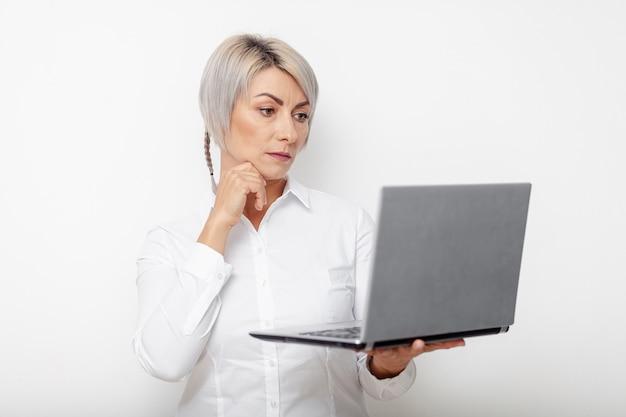Computer portatile della tenuta della donna di affari di vista frontale