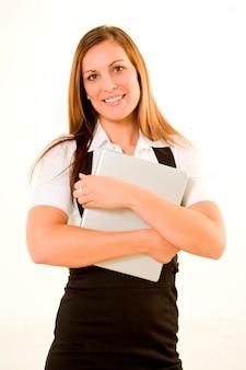 Computer portatile della tenuta della donna di affari, sorridente, ritratto