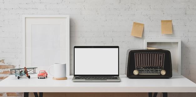 Computer portatile dello schermo in bianco e articoli per ufficio