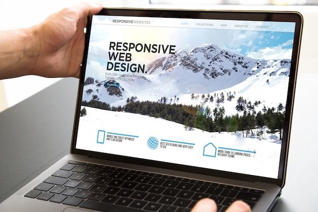 Computer portatile di apertura dell'utente che mostra web reattivo