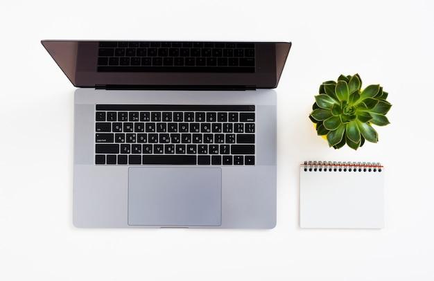 Computer portatile di vista superiore con fondo bianco