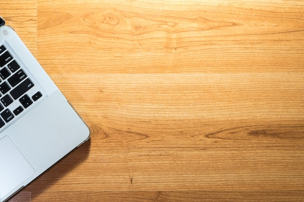 Computer portatile di vista superiore sulla tavola di legno