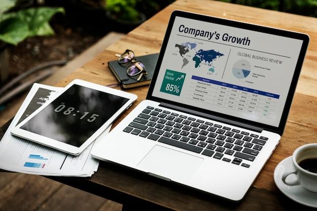 Computer portatile digitale che funziona concetto di affari globali
