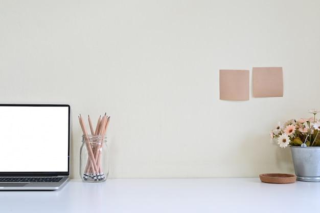 Computer portatile e articoli per ufficio dell'area di lavoro sulla scrivania