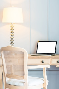 Computer portatile e luce lampada sul tavolo