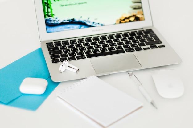 Computer portatile e utilizzo, scrivania, ragazza che lavora al computer portatile, informazioni, libero professionista